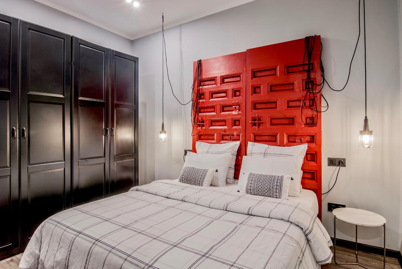 Dormitorio, detalle cabezal y armario Plaza Dos de Mayo