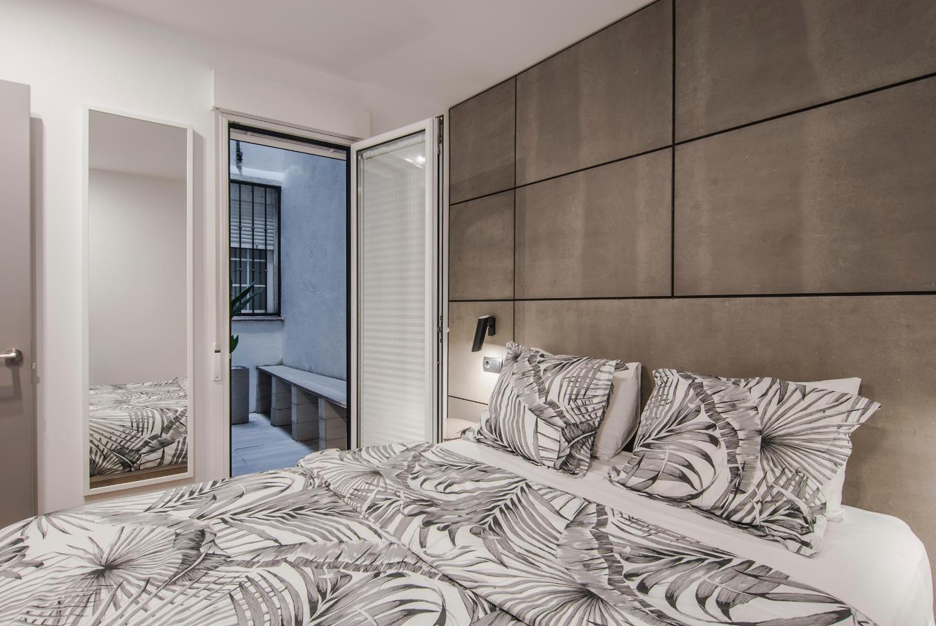 Dormitorio y patio San Vicente Ferrer