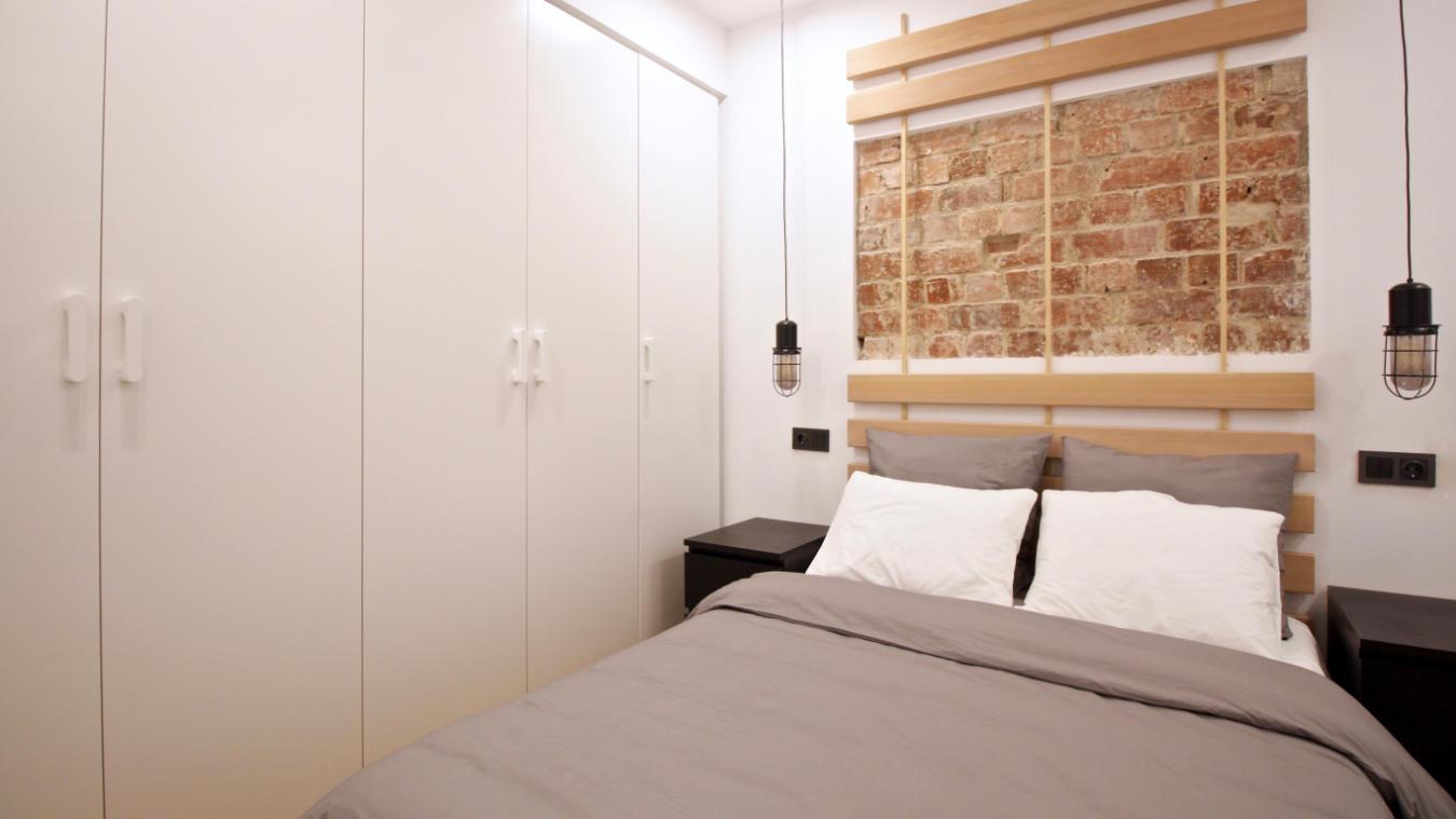 Dormitorio Santísima Trinidad, detalle pared, cabecero y armario