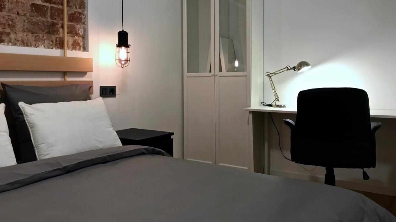 Detalle cama y escritorio Santísima Trinidad